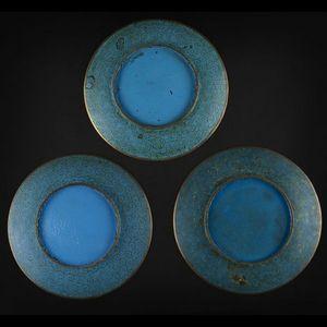 Expertissim - trois coupes en bronze et émaux cloisonnés à décor - Assiette Creuse