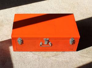 HINDIGO - malle orange en m�tal avec ouverture frontale 57x2 - Malle