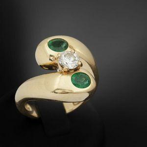 Expertissim - bague en or orn�e d'un diamant et d'�meraudes - Bague
