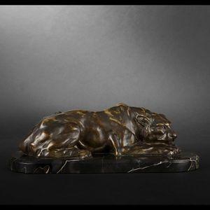 Expertissim - h. payen. lionne couchée en bronze - Sculpture Animalière
