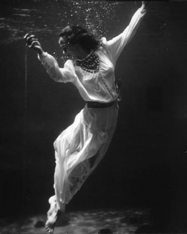 LINEATURE - Photographie-LINEATURE-Fashion model underwater in dolphin tank - 1939