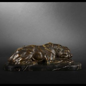 Expertissim - h. payen. lionne couchée en bronze - Animal Sculpture