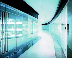 GLASSOLUTIONS France - clip in light - Raumteilervitrine